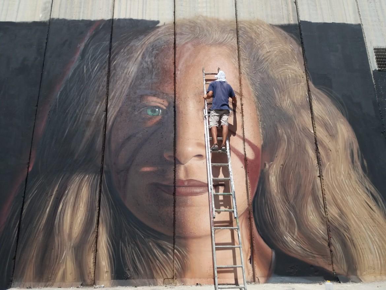 Jorit al lavoro: il volto di Ahed Tamimi a Betlemme