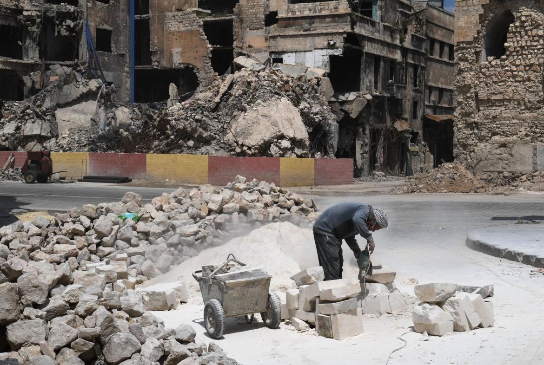 Lavori in corso alla moschea al-Sahibiyah, risalente al XIV secolo, nella città vecchia di Aleppo