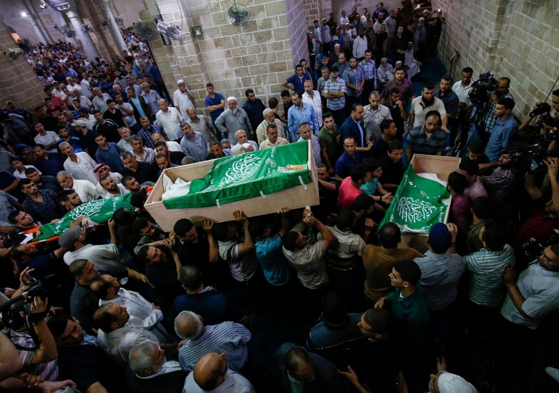 I funerali dei tre militanti di Hamas uccisi mercoledì da Israele