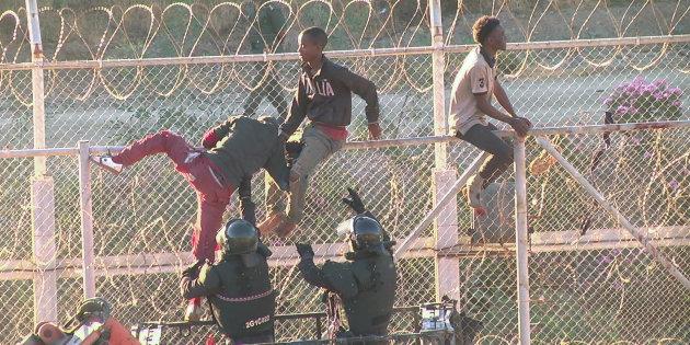 Migranti alla barriera di Ceuta