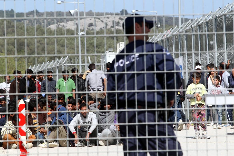 Poliziotti greci nei campi profughi di Lesbo