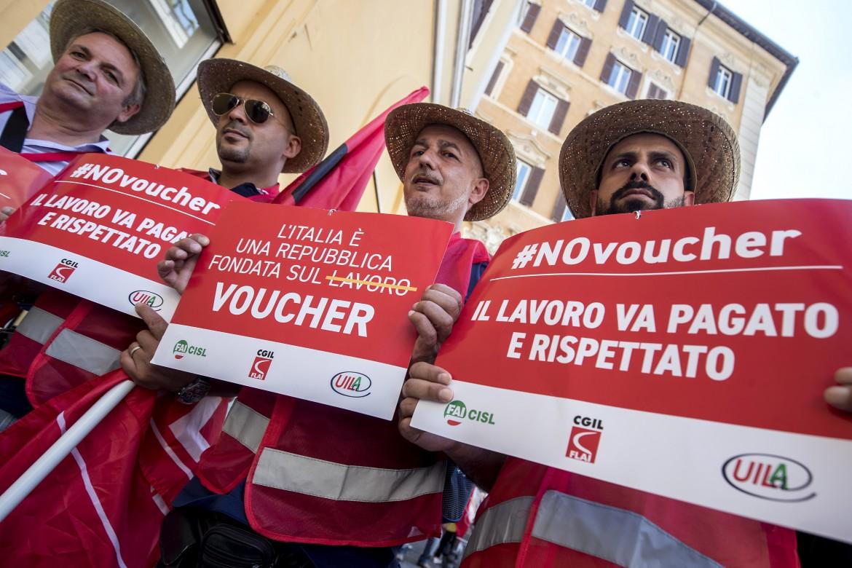 Roma, la protesta a Montecitorio contro l'estensione dei voucher nel «decreto dignità»