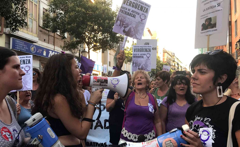 Madrid, la protesta femminista davanti al ministero della Giustizia contro la sentenza sul caso Juana Rivas
