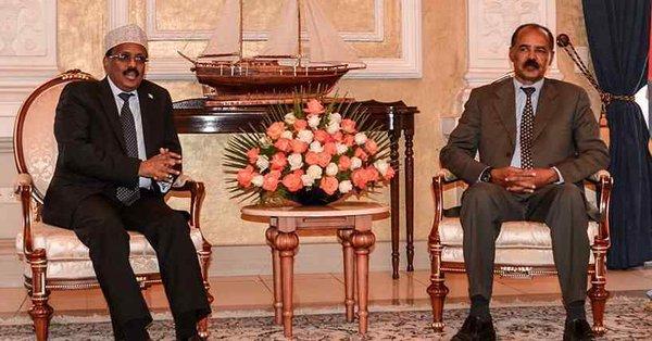 Il presidente somalo Farmajo col cappello e l'omologo eritreo Afwerki