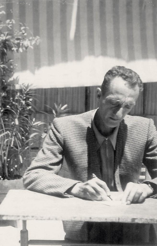 Giorgio Scerbanenco davanti all'hotel Toledo di Iseo (BS) dove scrisse L'isola degli idealisti, 1942-'43 ca.
