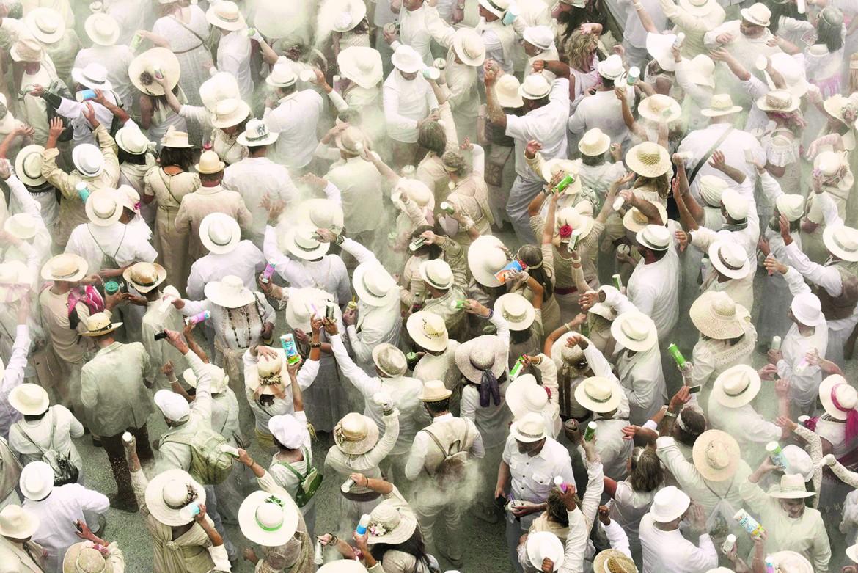 Gente in strada per la festa «Los indianos»