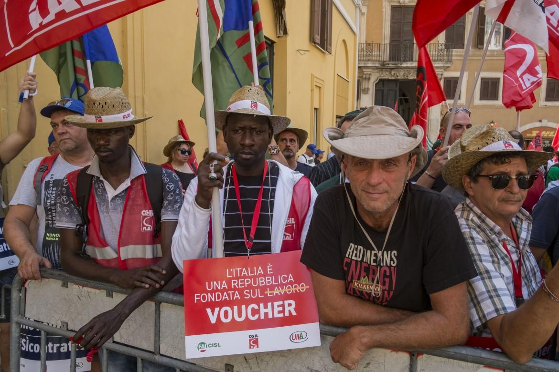 Roma, la protesta dei sindacati a Montecitorio contro i voucher nel decreto dignità