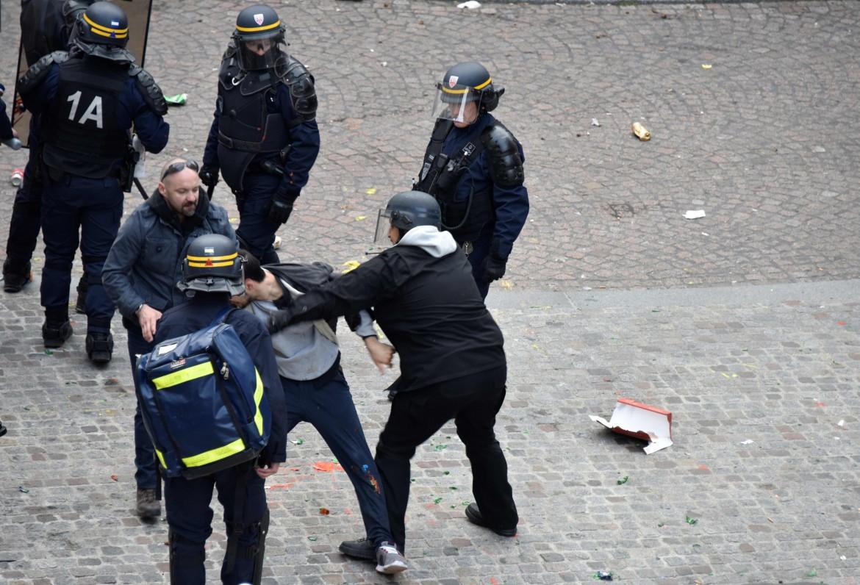 Alexandre Benalla nella foto del pestaggio del 1 maggio scorso