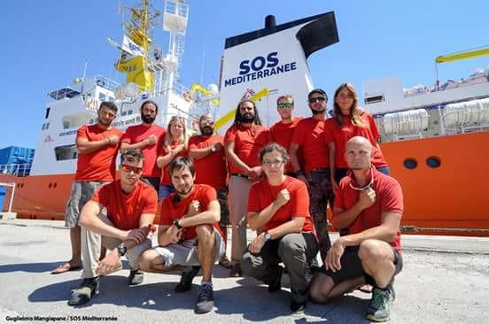 l'equipaggio della Aquarius con le magliette rosse