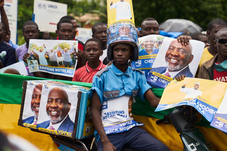 manifestazione durante la campagna elettorale di uno dei 24 candidati presidenti