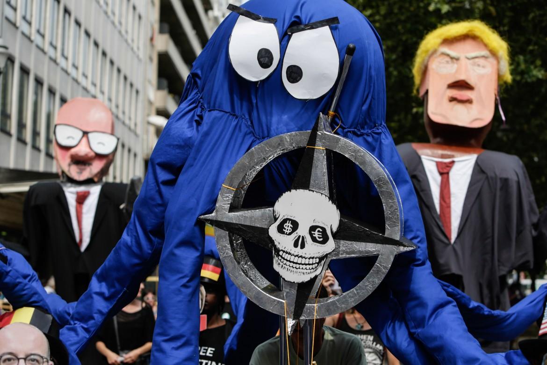 Bruxelles, protesta contro il vertice della Nato che si apre oggi