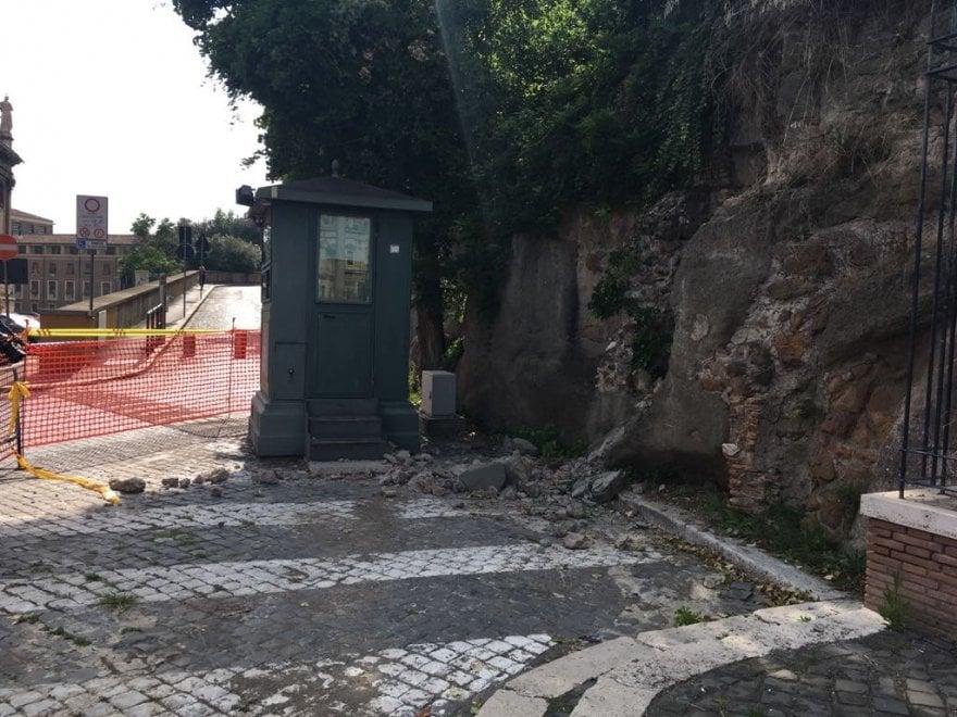 Il muro sgretolato vicino al gabiotto dei Vigili di via Monte Tarpeo