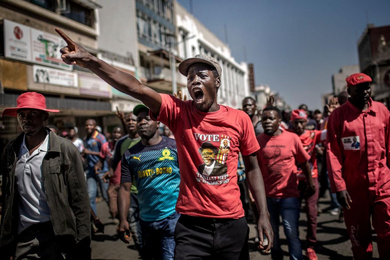 la rabbia dei supporter del leader dell'opposizione Nelson Chamisa ad Harare