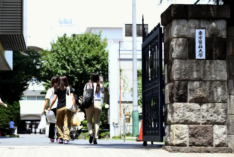 Studentesse giapponesi all'ingresso dellaTokyo Medical University