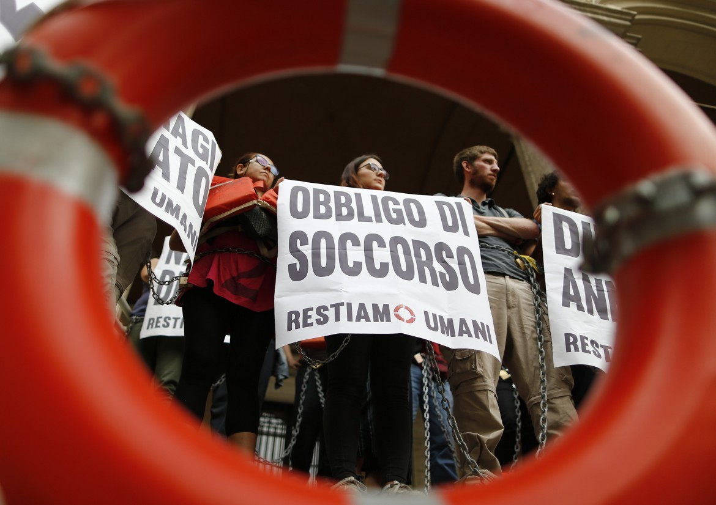 Sit-in contro le politiche del Governo sui migranti; sotto Nicola Zingaretti e Giuseppe Sala