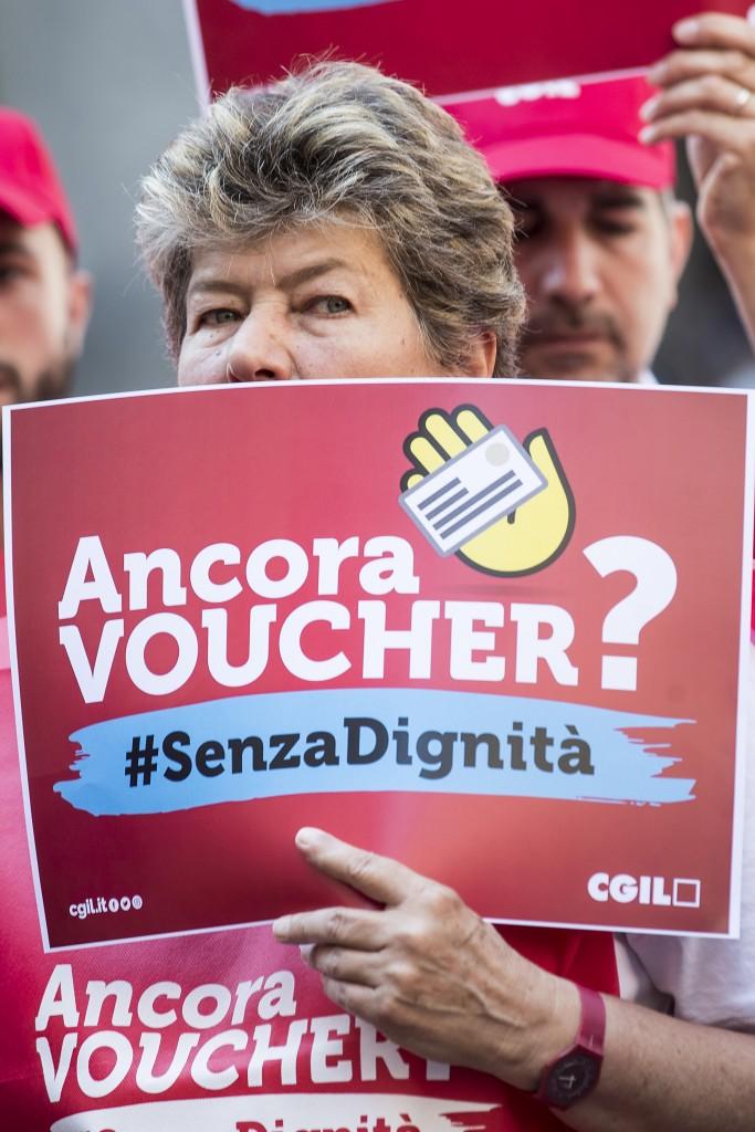 Roma, flash mob di protesta contro i voucher nel