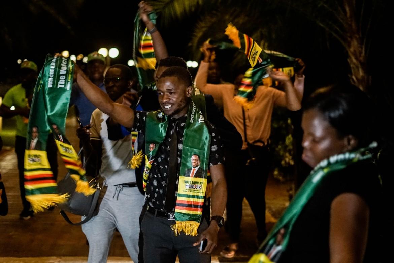 Festa ad Harare dopo l'annuncio della vittoria risicata e controversa del leader del Zanu-Pf Mnangagwa