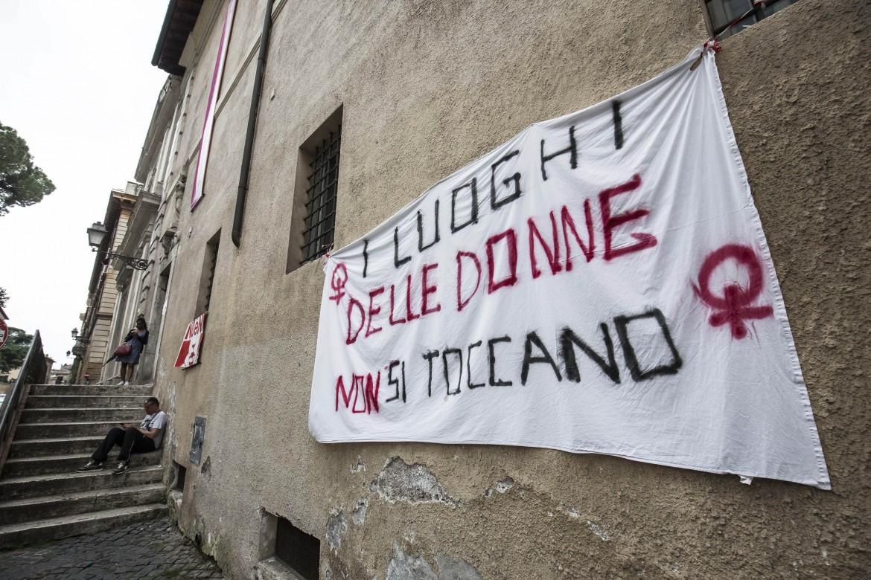 L'ingresso della Casa internazionale delle donne in via della Lungara a Roma