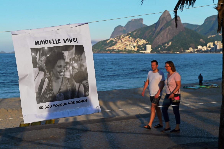 Un poster con il volto di Marielle Franco lungo la spiaggai di Ipanema, a Rio de Janeiro