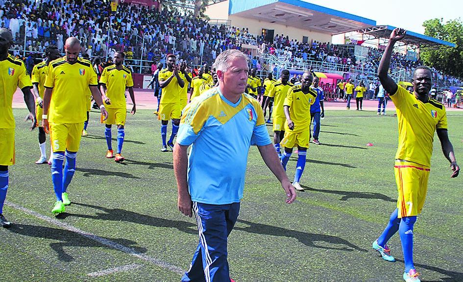 Emmanuel Trégoat in campo, sotto Japhet N'Doram, il più grande giocatore della storia del Ciad