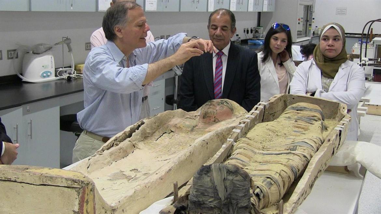 Moavero in Egitto fotografa sarcofago nel laboratorio di restauro