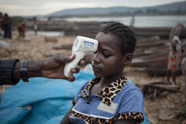 Un medico misura la temperatura a una donna in Congo
