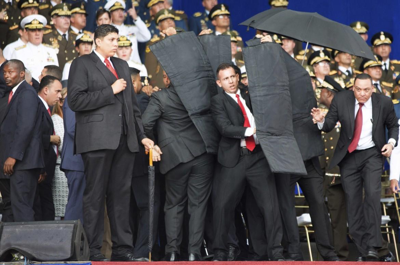 Le guardie del corpo di Nicolas Maduro proteggono il presidente al momento dell'esplosione di alcuni ordigni a Caracas