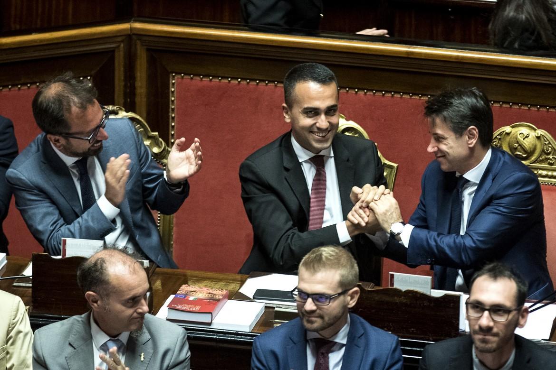 Le congratulazioni di Conte a Di Maio per il definitivo passaggio in aula del decreto dignità