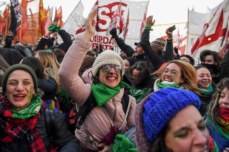Festa davanti alla Camera dopo la prima approvazione della legge sulla legalizzazione dell'aborto, lo scorso giugno