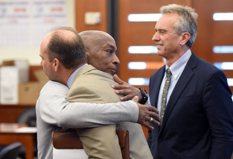 Dewayne Johnson abbraccia uno dei suoi avvocati dopo  il verdetto contro Monsanto