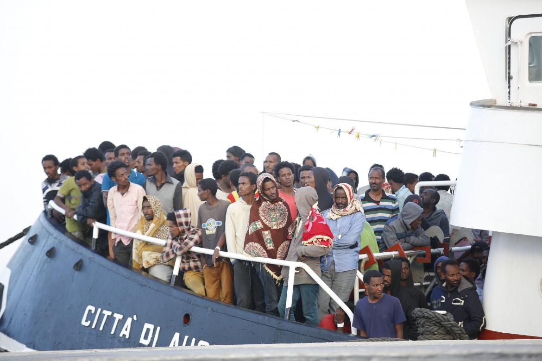 Migranti salvati dalla Guardia costiera vengono portati a Pozzallo