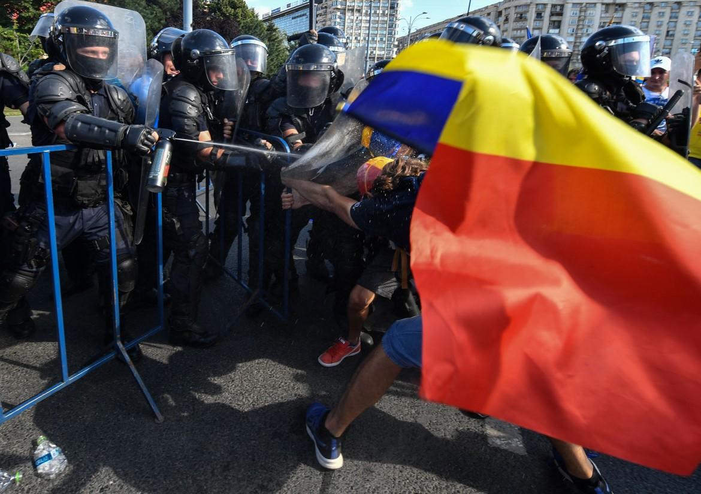 Bucarest, la polizia spara gas lacrimogeno contro un manifestante