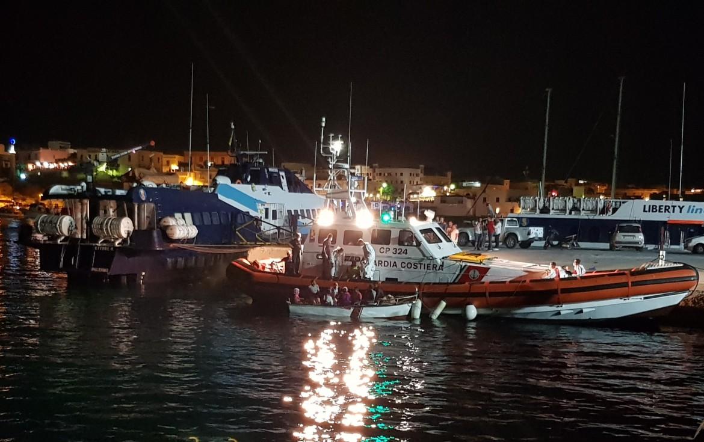 Approdo di migranti al porto di Lampedusa
