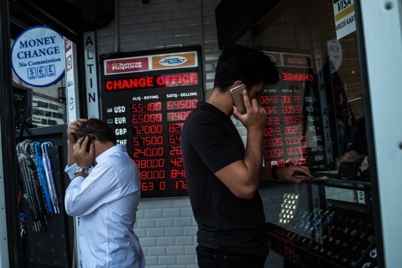Clienti in un ufficio di cambio valute a Istanbul dopo un'ulteriore svalutazione della lira turca