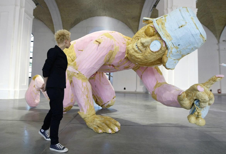 Un'opera di Folkert de Jong esposta a Kiev