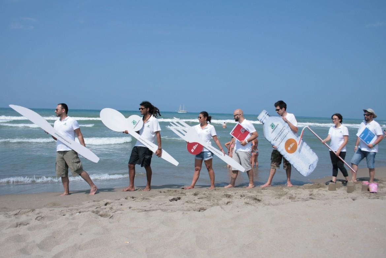 «Trash mob» di Goletta Verde con stoviglie giganti per sensibilizzare i cittadini alla pulizia delle spiagge