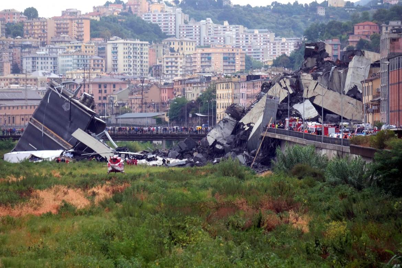 Il ponte Morandi a Genova crollato sul Polcevera e su via Fillak