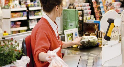 Una cassiera al lavoro in un ipermercato