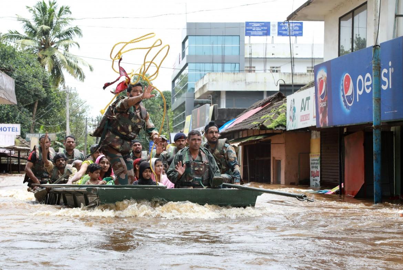 Soldati dell'esercito indiano evacuano i residenti di Aluva, nello Stato indiano del Kerala