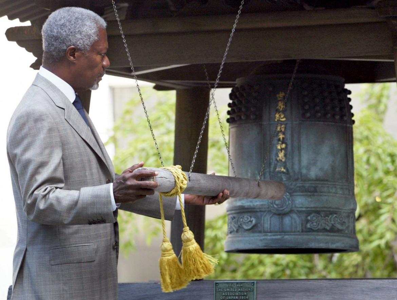 Kofi Annan, all'epoca segretario generaleOnu, suona la Campana della Pace al Palazzo di Vetro