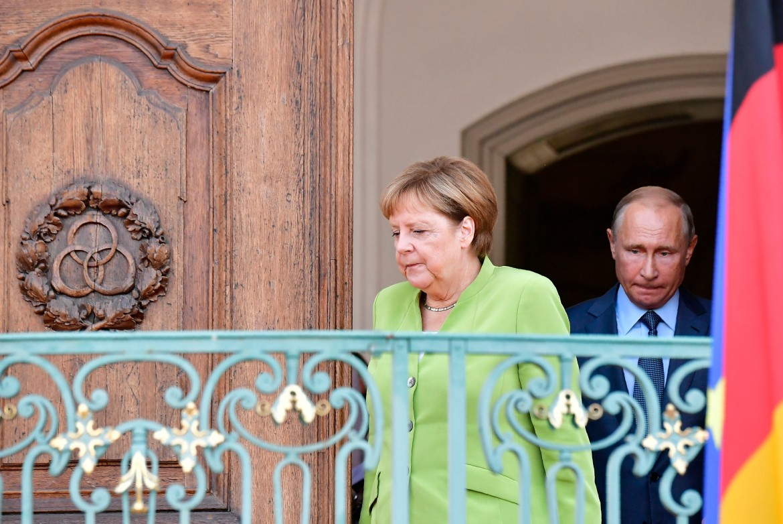 La cancelliera tedesca Merkel e il presidente russo Putin, sabato, dopo l'incontro fuori Berlino