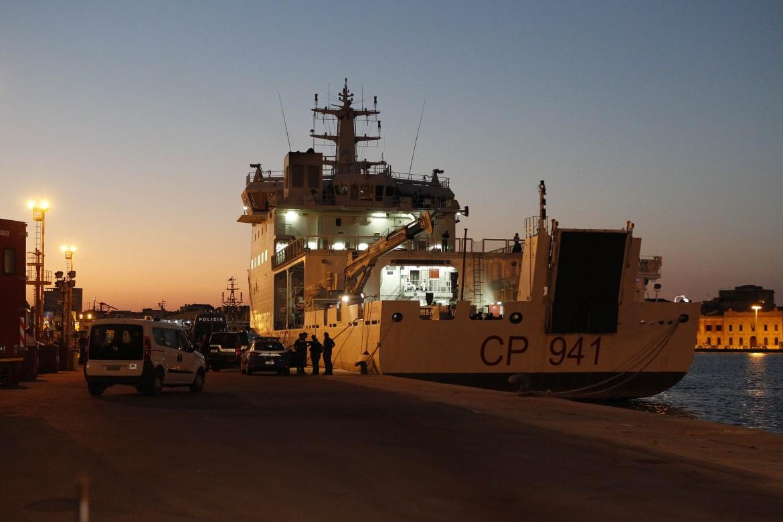 La nave della Guardia costiera Diciotti nel porto di Catania