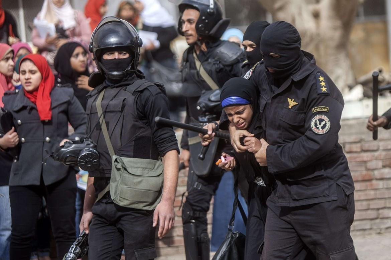 Una studentessa egiziana arrestata durante un sit in di protesta in un campus del Cairo