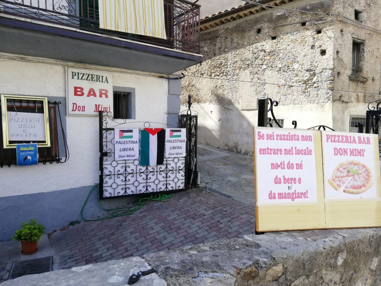Il cartelli all'esterno della trattoria «Don Mimì»