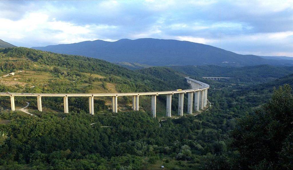 Uno dei viadotti dell'autostrada A24/25