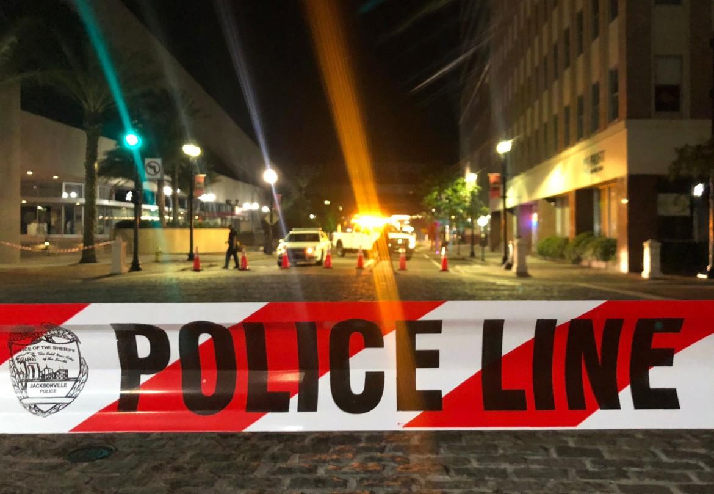 La polizia chiude la zona della strage di Jacksonville