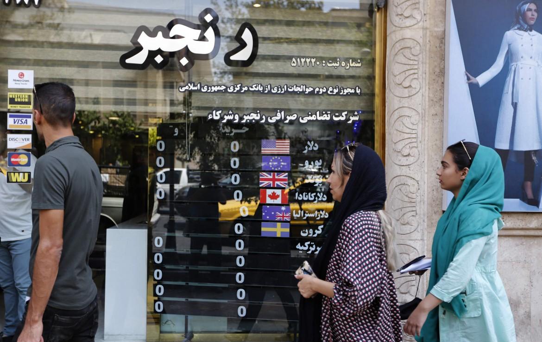 Un ufficio di cambio valuta nelle strade di Teheran