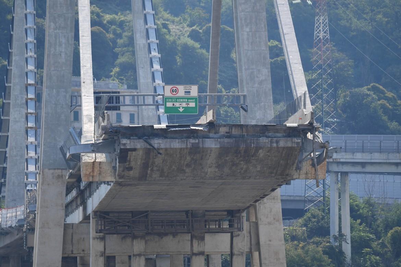 Il ponte Morandi subito dopo il crollo