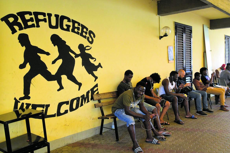 Il centro di accoglienza per migranti di Vicofaro (Pistoia), sotto  Massimo Biancalani