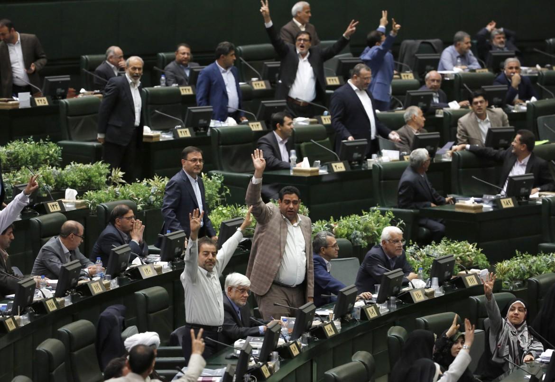 La protesta contro il presidente Rohani di alcuni deputati dagli scranni del parlamento iraniano a Teheran